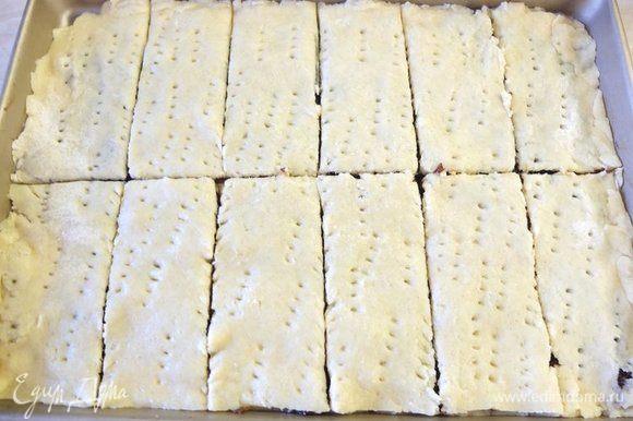 Нарезаем печенье на порционные куски, как вам больше нравится — квадраты, прямоугольники, треугольники.