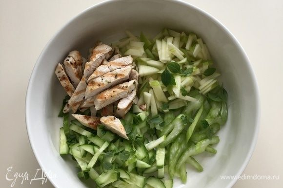 Огурец, сельдерей и половину яблока нарезать соломкой, можно добавить мелко нарезанную зелень — петрушку или базилик. Заправить лимонным соком, добавить соль и черный перец по вкусу, перемешать. Филе индейки нарезать на полоски, добавить в салат и заправить йогуртом.