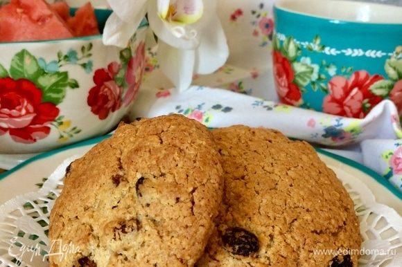 Готовое печенье очень аккуратно (горячее печенье очень мягкое!) перенести на решетку и полностью остудить.
