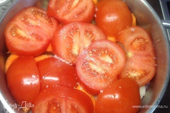Помидоры — толстыми кольцами, и на морковь укладываем, плотно каждый слой придавливаем. К слову, на мой взгляд, в каком порядке слои — я бы за «чистоту рецепта» тут не бился, почти в любом. Один момент — картошку рядом с помидорами — никогда, ибо она тогда будет твердой очень долго. Посолили.