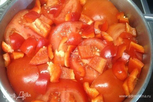 Половину сладких красных перцев кубиками нарезали и на помидорки, это для вкуса, аромата, они, конечно же, уйдут в процессе... Но без перчика не то.