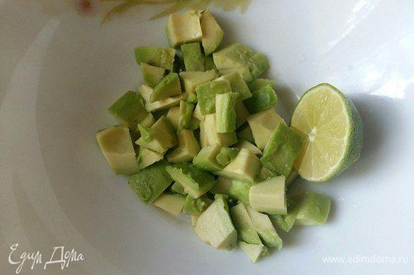 Авокадо почистить, нарезать кусочками, сбрызнуть соком лайма.