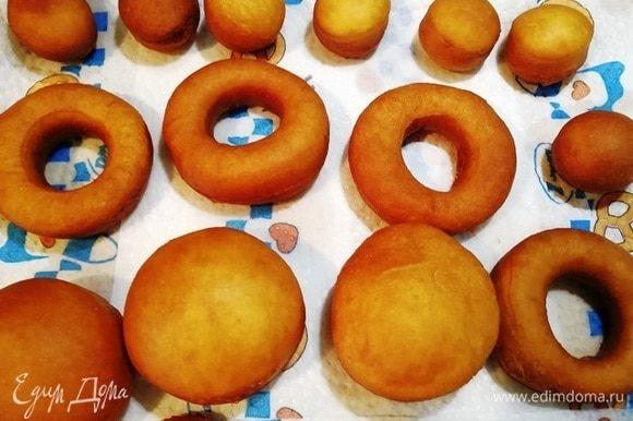 Готовые пончики выкладываем на бумажные полотенца. Остывшие пончики можно украсить по желанию глазурью или посыпать сахарной пудрой.