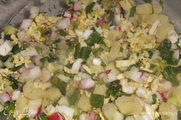 Яйца и картошку отварить. Все продукты нарезать, посолить и перемешать.