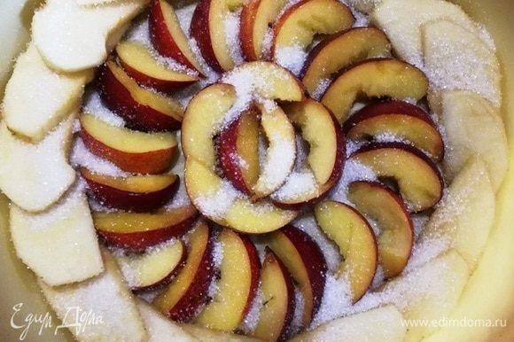 Уложим фрукты в форму для выпечки и щедро посыпаем сахаром (в рецепте указано только количество сахара для теста).