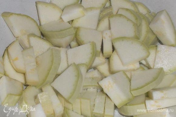 Молодые кабачки вымыть и нарезать толщиной 0,5 см. Посолить, перемешать.