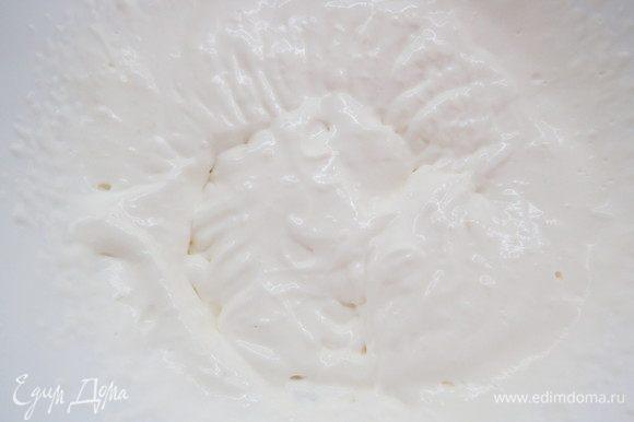 Готовим лимонное суфле. Желатин замочить в воде в соотношении 1:6 (1 г желатина на 6 г воды), затем прогреть до растворения гранул. Сливки взбить до мягких пиков.