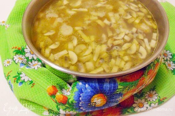 Томленый суп с гречкой и грибами готов.