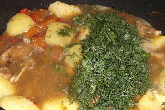 Мясо отделить от костей. Добавить картофель и укроп.