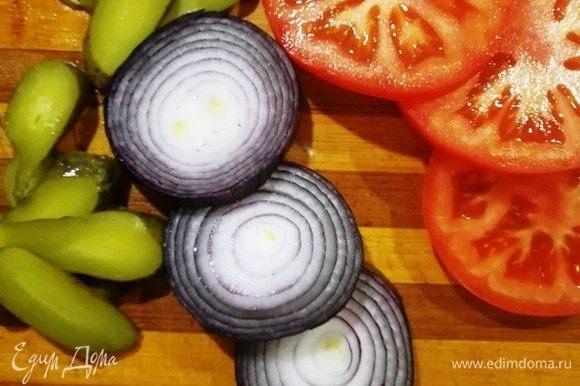 Нарезаем крупно помидор, лук, огурчик дольками.