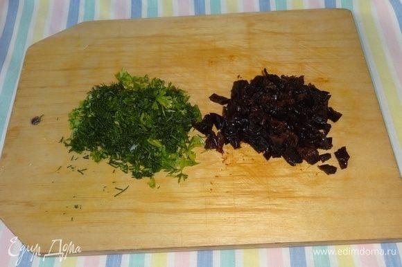 Зелень (у меня петрушка и укроп), а также чернослив мелко нарезать.