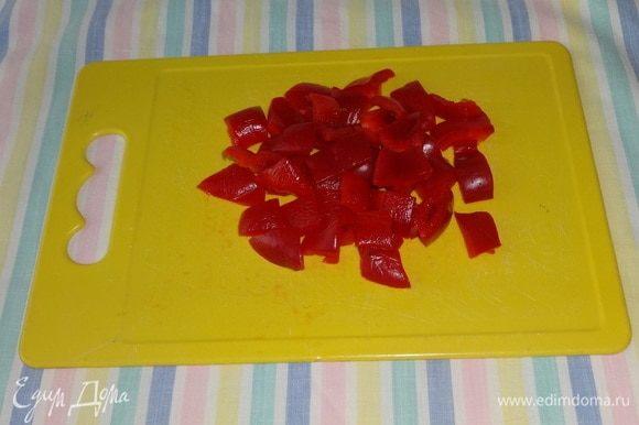 Перец очистить от семян и перегородок, нарезать кусочками среднего размера.