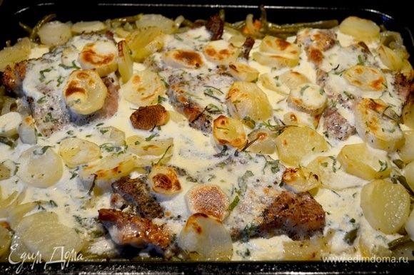 Затем достаем картошку с мясом и заливаем подготовленным соусом. Отправляем в духовку подрумяниться.