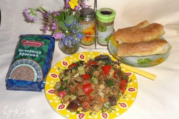 Салат немного остудить. Теплый салат разложить по тарелкам, посыпать укропом. Приятного аппетита!