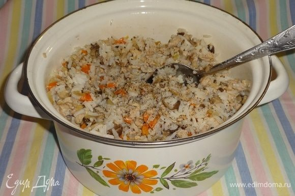 Выложить фарш в кастрюлю с рисом и овощами. Посолить, поперчить, перемешать.