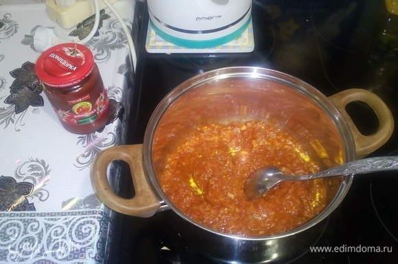 Лук, помидоры и перец прокрутить через мясорубку, добавить сахар, растительное масло, томатную пасту ТМ «Помидорка», уксус по вкусу, перец горький, перец молотый. Варим примерно час, за 5 минут до готовности кладем чеснок.