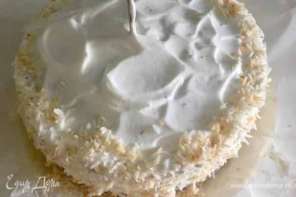 Для декора тортика я подсушила до золотистого цвета немного кокосовой стружки. Обсыпала ей края и бортики торта. Верхушку украсила конфетами «Рафаэлло». Но опять же украшение всегда остается на вкус и способности автора.