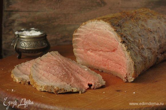 Нарезаем мясо. Получается чуть с дымком корочка и сочнейшая середина, мясо такое сочное, что за время фотографирования пришлось солить несколько раз для фотографии с солью, так как соль растворялась в выделявшемся соке. Приятного аппетита!