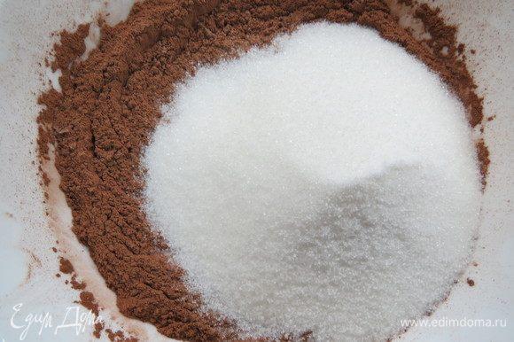 Готовим бисквит «брауни». Просеять муку с какао, разрыхлителем, содой и солью, добавить сахар.
