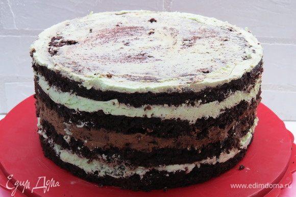 Сверху положить тарелку и груз, оставить торт в холодильнике на пару часов. После чего можно извлечь торт и приступить к декору.