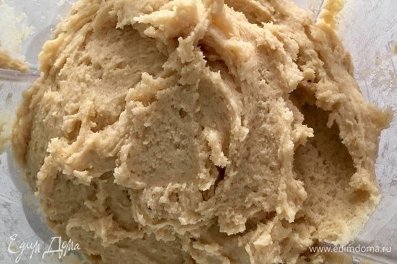 В итоге должно получиться вот такое однородное, без комочков, маслянистое, нежное тесто. Оно вкусно пахнет сливочным маслом с нотками ванили!