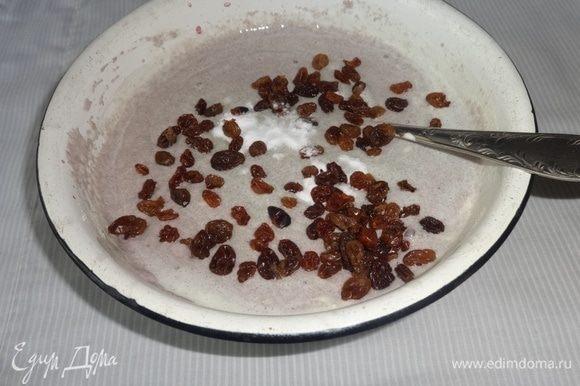 К набухшей манке добавить взбитые яйца, всыпать изюм и соду, перемешать. Цвет с розового станет голубым.