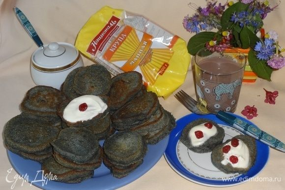 Наши оладушки «Аватарки» готовы. Выложить их на блюдо. При подаче полить сметаной, йогуртом, украсить цукатами или ягодами. Очень вкусно с молоком, какао, компотом. Приятного аппетита!