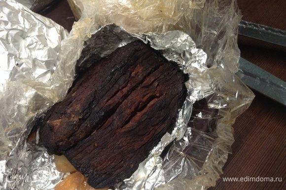 Подходим к последнему этапу. Выключили огонь под водяной баней. Достали все пакеты с мясом на тарелку. Каждому пакету верхушку срезали ножницами, развернули и дали кусочку мяса чуть выдохнуть. Но не давайте остыть и высохнуть. Сразу же приступайте к обсыпке и упаковке для холодного дозревания.