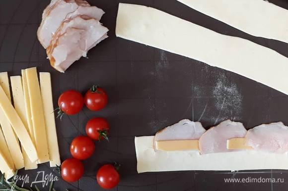 В центр выкладываем поочередно мясо и сыр.