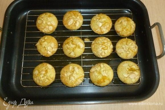 Затем кексы немного остудить и вынуть из формы. Убрать из сиропа розмарин и полить кексы.