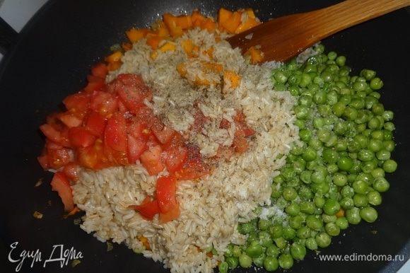 В сковороду с овощами выложить рис, горошек (не размораживая), помидоры. Посолить, поперчить, перемешать.