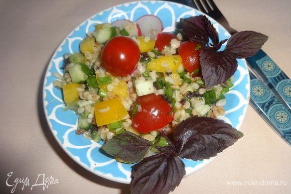 Разложить салат по тарелкам и наслаждаться божественным освежающим вкусом.