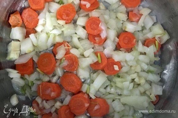 В кастрюльке разогреть растительное масло. К маслу отправить лук, чеснок и морковь. Обжарить до мягкости.