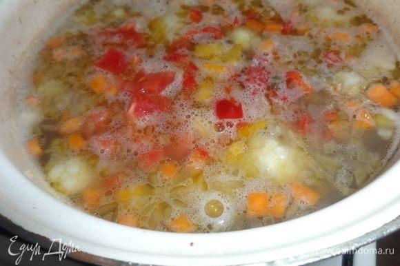 Положить в суп нарезанные перец и помидор. Варить 5 мин.