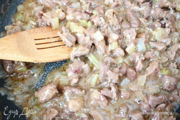 Начинка готова, соус загустел, мясо стало мягкое и нежное.