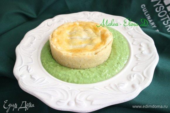 Налить в тарелки гороховый суп, сверху поместить пирог «Поплавок».