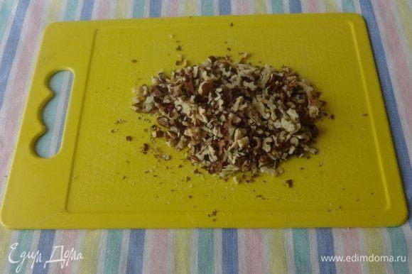 Грецкие орехи освободить от скорлупы, нарубить ножом на мелкие кусочки.