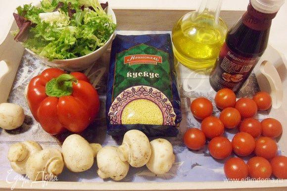 Подготовить необходимые продукты. Болгарский перец, томаты и зелень (у меня уже готовый салатный микс) помыть.