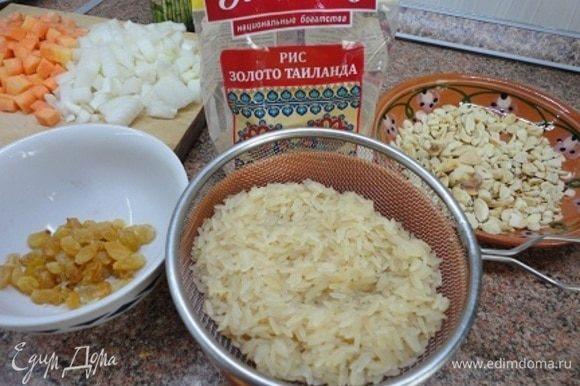 Рис промыть и откинуть на дуршлаг, чтобы стекла вода.