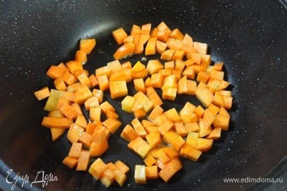 В этом же сотейнике обжариваем минуты 3 нарезанную кубиками морковь в 1 ст.л. растительного масла.