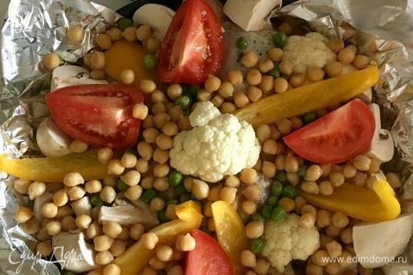 На кролика в любом удобном порядке разложить цветную капусту, болгарский перчик, дольки помидор. Сверху россыпью разложить горошины нута и зеленый горошек. Еще я подлила немного той водички, в которой варился нут. Сверху обязательно посолить и поперчить овощи по вкусу. Посыпать майораном.