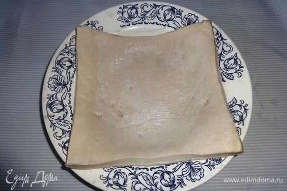 Готовое слоеное бездрожжевое тесто разморозить при комнатной температуре.