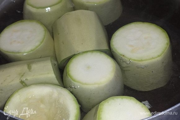 Подготовленные стаканчики положить в кипящую подсоленную воду и отварить до мягкости (не переварить!).