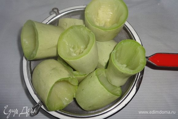 Выложить кабачковые стаканчики на сито, чтобы стекла лишняя вода, и чтобы они остыли.