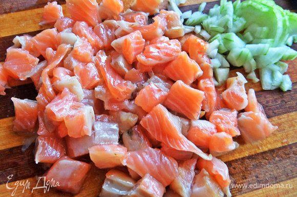 Лосось и луковицу тоже нарезать кубиком.
