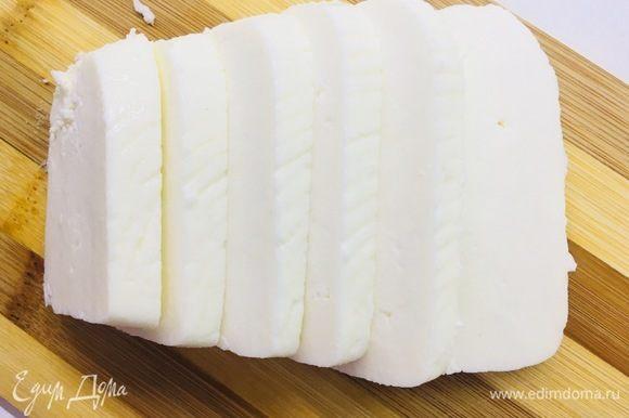 Нарезаем адыгейский сыр.