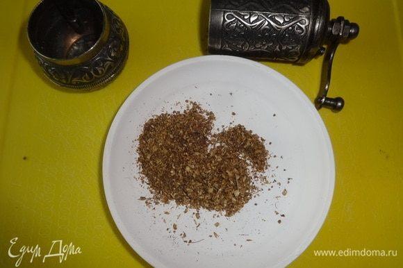 Семена кориандра смолоть в мельничке.