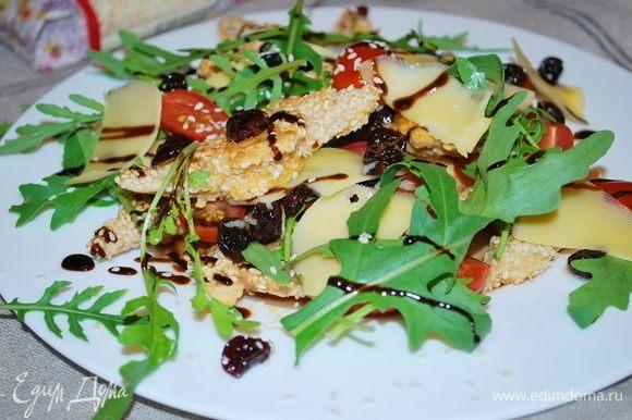 Салат получается очень вкусный за счет сочетания пряной вяленой вишни, мяса и сочных черри. Сверху я его полила гранатовым соусом. Приятного аппетита!