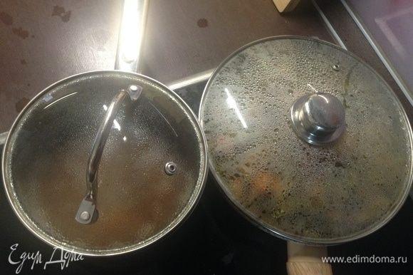 А в кастрюлю, где варилась фасоль, прямо в этот фасолевый отвар (мы ведь шумовкой доставали) высыпаем стакан гречки, плотно прикрываем крышкой. Так вот и готовится в сковородке основная часть фантазии, и гречка на гарнир в кастрюле.