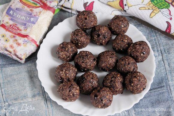 Из полученной массы сформировать шарики размером с грецкий орех и охладить в холодильнике.